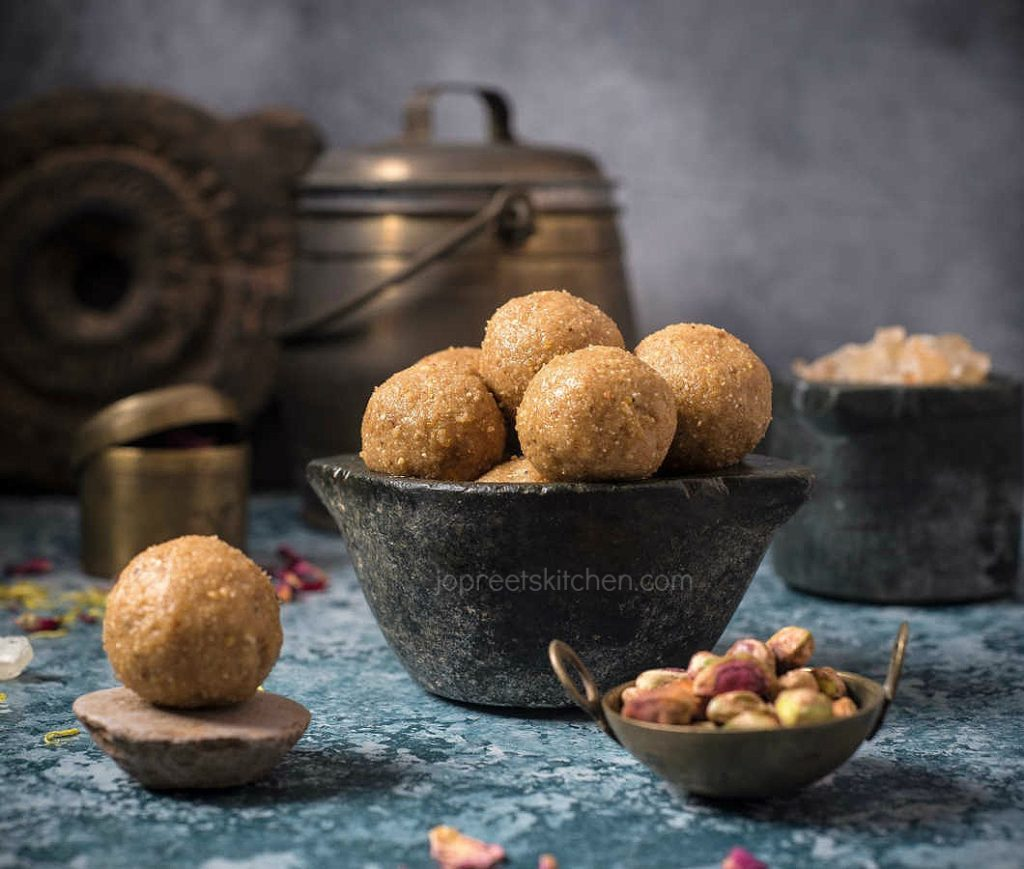 Gond ke Ladoo / Healthy Dry Fruits Ladoo